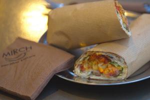 Ξέμεινες στην Αθήνα; -  6 γευστικές στάσεις στην άδεια πόλη για έθνικ φαγητό στο χέρι!