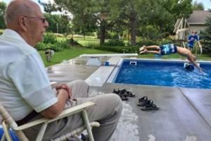 94χρονος βρήκε την λύση στην μοναξιά του με τον πιο έξυπνο τρόπο!