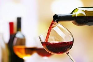 Μπλε, ροζ, χρυσό: Σε πόσα χρώματα βγαίνει το κρασί και ποια είναι τα πιο παράξενα;