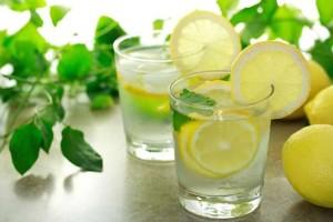 Προσοχή! Νερό με λεμόνι και αδυνάτισμα: Ποιες είναι οι παρενέργειες