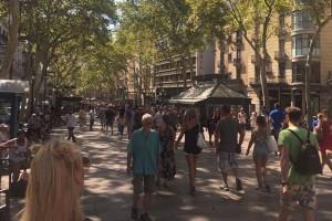Απίστευτο: Δείτε τον πεζόδρομο που μετατράπηκε σε πεδίο μάχης στην Βαρκελώνη μια ώρα πριν τα χτυπήματα από το ΙΚ!