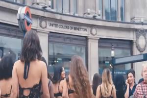 Μια αυτοσχέδια πασαρέλα: Ημίγυμνα μοντέλα έκαναν επίδειξη εσωρούχων στο κέντρο του Λονδίνου! (Video)