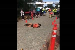 Η θέληση ξεπερνά κάθε δυσκολία: Αθλήτρια τερμάτισε τον αγώνα «κουτρουβαλώντας»! (Video)