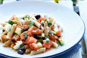 Απίστευτη συνταγή! Πέννες ολικής άλεσης με σάλτσα χωριάτικης σαλάτας!