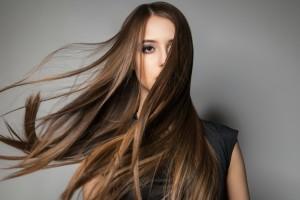 Αυτά τα μαλλιά θα θέλουν όλες από δω και πέρα: Εύκολο, απλό και εντυπωσιακό χτένισμα (video)