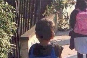Η φωτογραφία ενός μικρού μαθητή έξω από το σχολείο που έχει λυγίσει το διαδίκτυο! Θα πάθεις σοκ μόλις την δεις ολόκληρη!