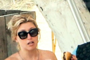 """Την """"τσακώσαμε"""": Με καυτό μπικίνι στην παραλία η εγκυμονούσα Σία Κοσιώνη """"χλαπακιάζει"""" χάμπουργκερ! Πιο φουσκωμένη από ποτέ η κοιλίτσα της (photos)"""