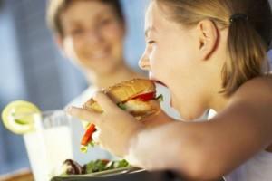 Μήπως το παιδί σας πεινάει συνέχεια; Με αυτό τον τρόπο μπορείτε να το βοηθήσετε να ελέγξει το βάρος του!