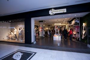 Stradivarius: To εβαζέ φόρεμα που θα σε κάνει να μοιάζεις με κομψή Λονδρέζα! (Photo)