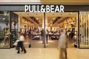 Pull and Bear: Ένα extreme παντελόνι επέστρεψε και πάλι στην μόδα! - Εσύ θα το τολμήσεις; (Photo)