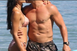 "Survival Secret: Τα ""καυτά"" φιλιά στην παραλία που τράβηξαν όλα τα βλέμματα! (photos)"