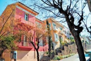 Η «Μονμάρτη της Αθήνας»: Η μποέμ συνοικία των λογίων και των καλλιτεχνών με την νεοκλασική αστική αρχιτεκτονική!
