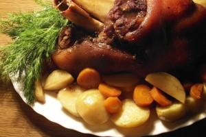 Λαχταριστό χοιρινό κότσι μαριναρισμένο, με πατατούλες στη γάστρα!