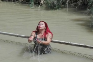 «Ο Χριστός ήθελε να πάω κοντά του» - H Βέρα Λάμπρου πήγε στον Ιορδάνη ποταμό για να... βαπτιστεί!