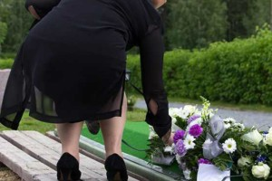 Τι άλλο θα δούμε! Γυναίκα πενθούσε για 14 χρόνια σε κάθε εύκαιρη κηδεία για να... τρώει τζάμπα!