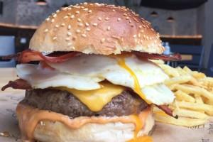 7 διευθύνσεις για ζουμερά burger! Ζεστό τυρί και αφράτο ψωμί που... λιώνουν στο στόμα!