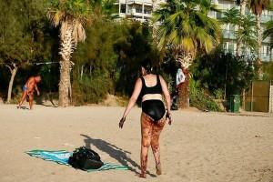 Σοκ: Γυναίκα βγαίνει από την θάλασσα του Παλαιού Φαλήρου γεμάτη πίσσα! Φωτογραφία - ντοκουμέντο!