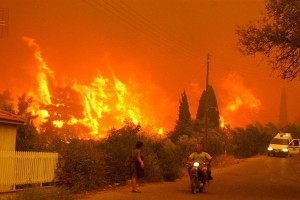 Ισχυρή πυρκαγιά στην Ζαχάρω! Καίγονται σπίτια που είχαν χτιστεί ξανά μετά την καταστροφική φωτιά του 2007!
