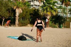 """Μαρτυρία - σοκ για την γυναίκα που κολύμπησε στο... πετρέλαιο του Σαρωνικού! """"Τριβόταν με την πετσέτα και...""""! (video)"""