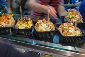 H «Καυτή Πατάτα» που μπορείτε να την γεμίσετε με ότι θέλετε και κάνει «χαμό» στο κέντρο της Αθήνας!