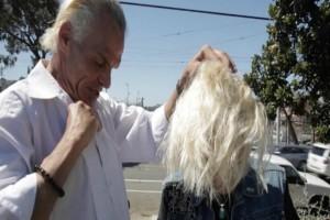Επαγγελματίας κομμωτής κουρεύει άστεγη γυναίκα στο δρόμο: Αυτό που ακολουθεί δεν το περιμένει κανείς! (video)