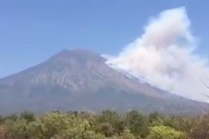 Εκκενώνουν τα σπίτια τους οι κάτοικοι στο εξωτικό Μπαλί - Φόβοι για έκρηξη ηφαιστείου (video)