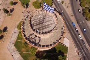 Μια αξιέπαινη πρωτοβουλία: Πρόσφυγες σχημάτισαν στον Λευκό Πύργο το σύμβολο της ειρήνης! (Photo)