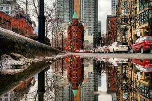 Σαν να ζεις σε καθρέπτη! Φωτογραφίζοντας αντανακλάσεις στις λακκούβες των δρόμων!