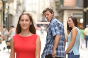 6 σημάδια που σε προειδοποιούν ότι ο σύντροφός σου... ξενοκοιτάζει!