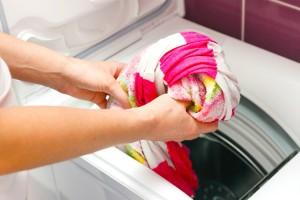 Ρούχα που ξέβαψαν στο πλυντήριο; Και όμως με αυτό το κόλπο μπορείτε να τα σώσετε!