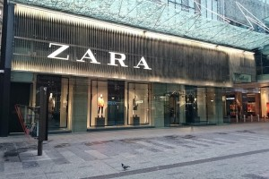 ZARA: Αυτή είναι η δερμάτινη φούστα που θα ανάψει «φωτιές» στο πέρασμά σας! (Photo)