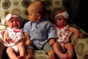 Η επική αντίδραση ενός μπόμπιρα που βρέθηκε για πρώτη φορά ανάμεσα σε δίδυμα μωρά (video)