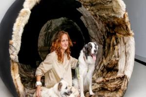 Τέχνη ή... αρρώστια: Γυναίκα θηλάζει κουτάβι ενώ πρώτα γονιμοποίησε τα ωάριά της από άλλο σκύλο!