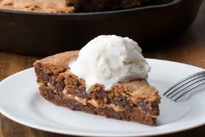 Η τέλεια συνταγή: Φτιάξτε ζουμερό μπισκότο σοκολάτας γεμιστό με φυστικοβούτυρο!