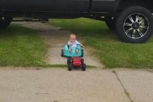 Ένα τρυφερό βίντεο που έγινε αμέσως viral! - Μπαμπάς βρήκε έναν ευφάνταστο τρόπο να κάνει το μωρό του βόλτα!