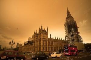 Μοναδικό θέαμα: Ο ουρανός του Λονδίνου βάφτηκε... κίτρινος! (Video)