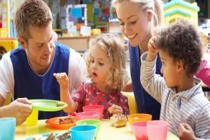 Γονείς δώστε βάση: Εύκολες συμβουλές για να μάθετε στα παιδιά σας να τρώνε σωστά!