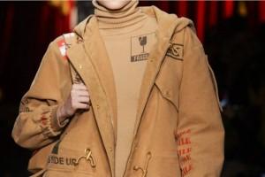 To casual chic πανωφόρι που ήρθε για να αντικαταστήσει το... δερμάτινο jacket σου!