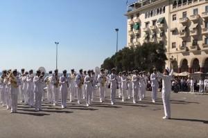 Αλήθεια τώρα; Μπάντα του Πολεμικού Ναυτικού στην Θεσσαλονίκη έπαιξε το... Despacito! (video)