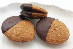 Τα πιο νόστιμα και λαχταριστά μπισκότα καρυδιού γεμιστά με πραλίνα σοκολάτα!