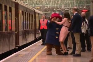 Απίστευτο βίντεο: Η εγκυμονούσα Kate Middleton χορεύει στο μετρό με την αρκούδα Paddington!