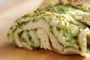 Στριφογυριστό ψωμί με κρέμα, κρεμμύδι και σκόρδο (video)