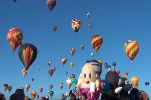 Άκρως εντυπωσιακό: Δείτε απίστευτες εικόνες από το φεστιβάλ με τα πολύχρωμα αερόστατα! (Video)