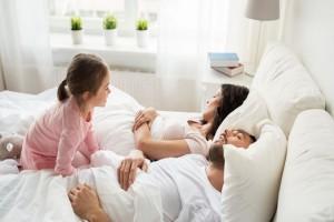Γονείς δώστε βάση: Πότε είναι η κατάλληλη στιγμή για να πείτε «αντίο» στην κούνια!