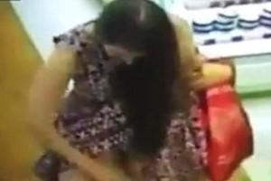 To πιο παράξενο βίντεο: Γυναίκα σηκώνει την φούστα της και ψεκάζει τα απόκρυφα σημεία της μπροστά στον κόσμο!