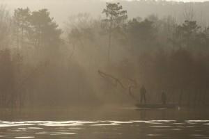 Η φωτογραφία της ημέρας: Άνδρες ψαρεύουν μέσα στην ομίχλη!