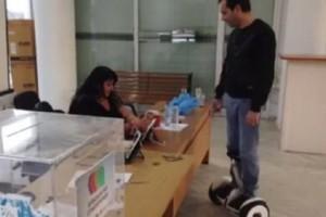 Επικό βίντεο: Ο «Πασόκος» που πήγε να ψηφίσει σε το πατίνι του!