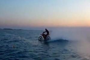 Απίστευτο βίντεο: Δαμάζει τα κύματα με την αμφίβια... μηχανή μοτοκρός!