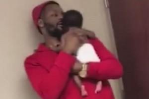 Ένα τρυφερό βίντεο: Πατέρας παρηγορεί το νεογέννητο μωρό του που κάνει… εμβόλιο!