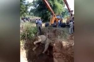 Συγκλονιστικό βίντεο: Η απίστευτη διάσωση παγιδευμένου ελέφαντα σε πηγάδι!